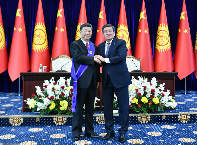 """习近平出席仪式 接受吉尔吉斯斯坦总统授予""""玛纳斯""""一级勋章"""