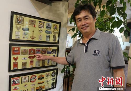2019年6月14日,陈守忠展示他骑游过程中收集的各地纪念品。中新社记者 欧阳开宇 摄