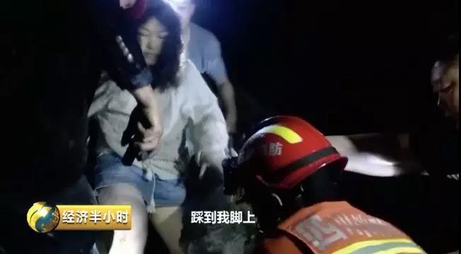 被困女孩从废墟中被营救出来