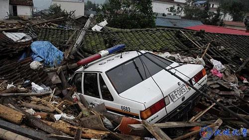↑被泥石流卷至屋顶的警车
