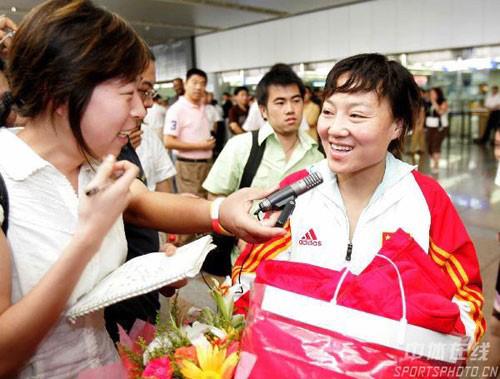 2006年,获得第15届亚洲杯的冠军的中国女足国家队载誉抵京。