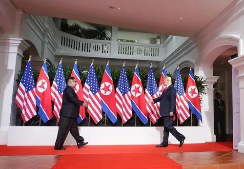 2018年6月12日,朝鲜最高领导人金正恩(左)与美国总统特朗普在新加坡举行会晤