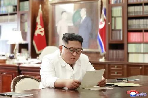 朝中社6月23日提供的照片显示,金正恩在阅读特朗普的亲笔信
