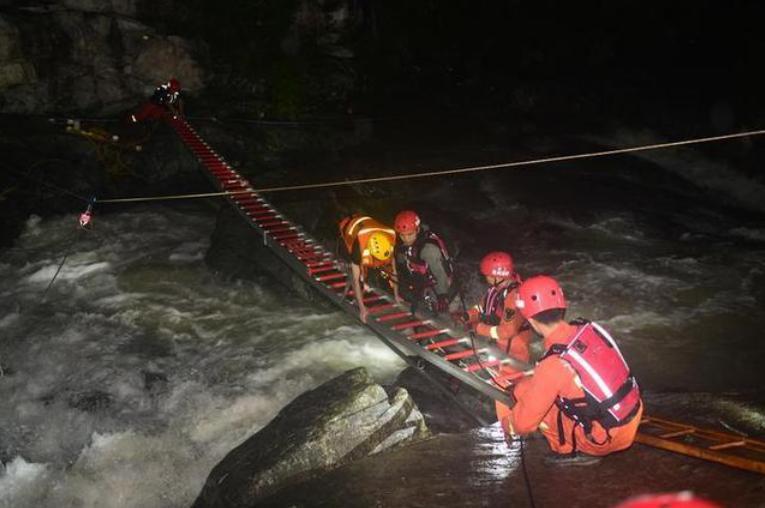 山福镇消防队救援画面。