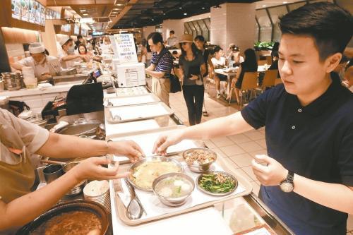 台北市率先推动百货公司及量贩店美食街内用者,不再提供一次性餐具。