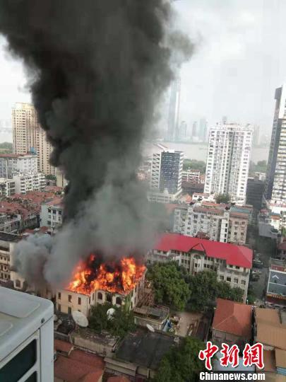 武汉百年老建筑江汉饭店突发大火现场浓烟滚滚