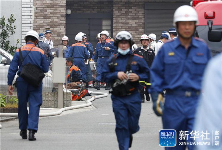 7月18日,消防员在日本京都火灾现场附近工作。新华社/共同社