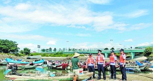 ▲马銮湾派出所组织警力赴辖区沿海一线,开展防汛抗台风宣传。