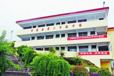 张碧香捐建的雯妮春蕾小学教学楼。