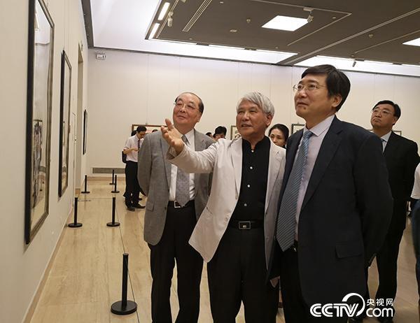 江明贤与嘉宾一同参观展览