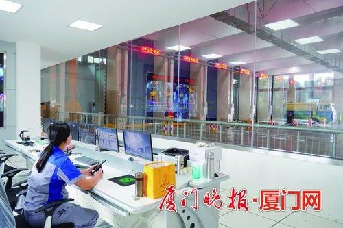 工作人员在监控室察看情况。
