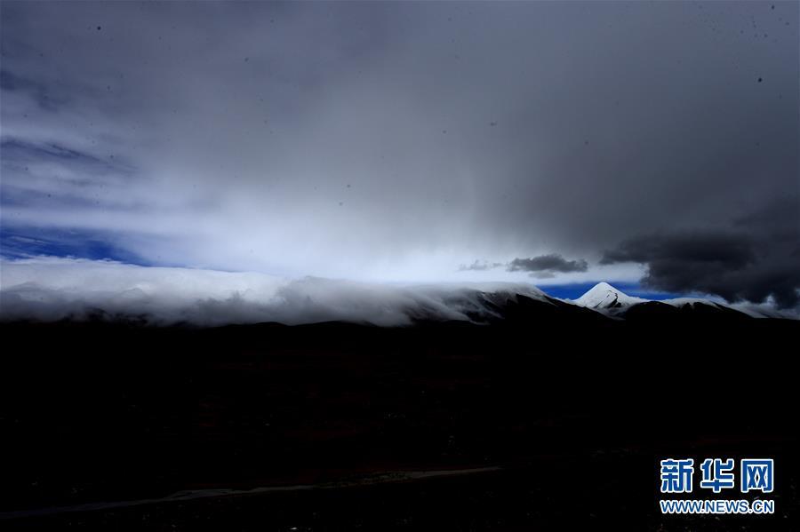 这是在青海省海西蒙古族藏族自治州格尔木市境内拍摄的昆仑山玉珠峰一角(2017年8月19日摄)。新华社记者 张宏祥 摄
