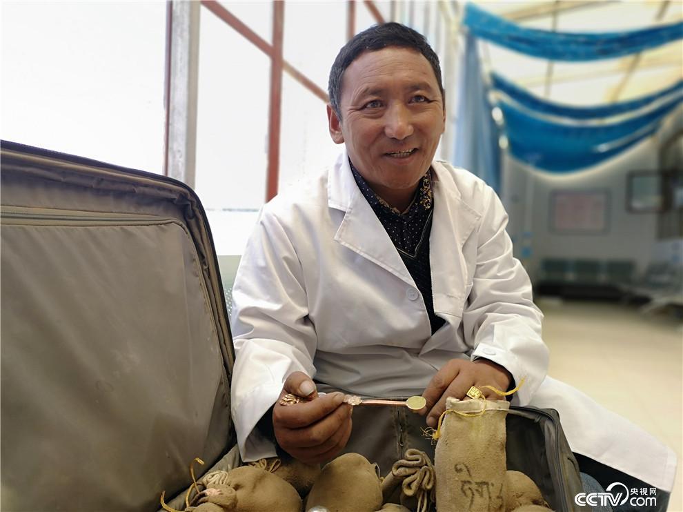 南杰次仁,甲岗村村医。党龄21年。(何川 摄)