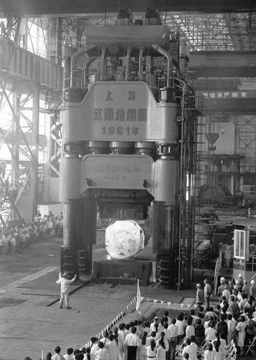1961年由止您自止设想 、 制作胜利的海内最年夜的火压机上海重型机械厂12000吨自在铸造火压机 。 新华社记者 张仄 摄