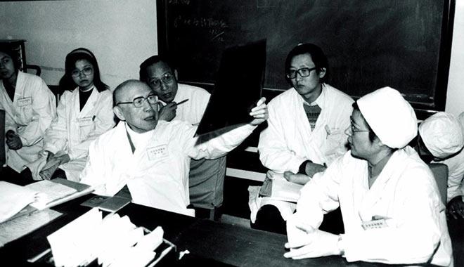 张孝骞(前排左一)参加消化内科病例讨论,后排左三为陈寿坡
