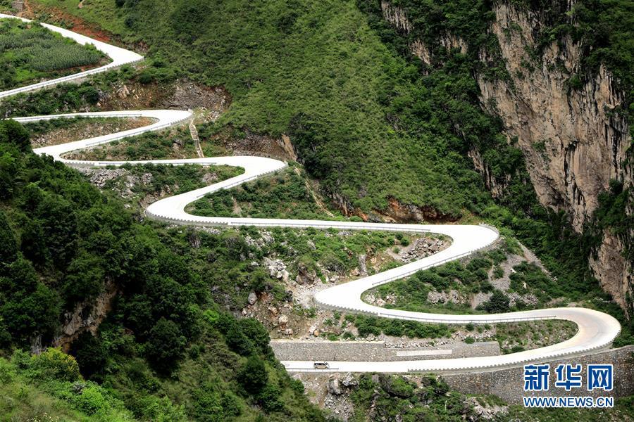 四川凉山州甘洛县两河乡的通乡公路(2018年7月17日摄)。新华社发