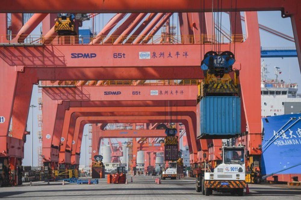 在福建省石狮市蚶江镇石湖港区,泉州太平洋码头公司的大型机械在为一艘货轮装货(2018年11月29日摄)。(新华社记者 宋为伟 摄)