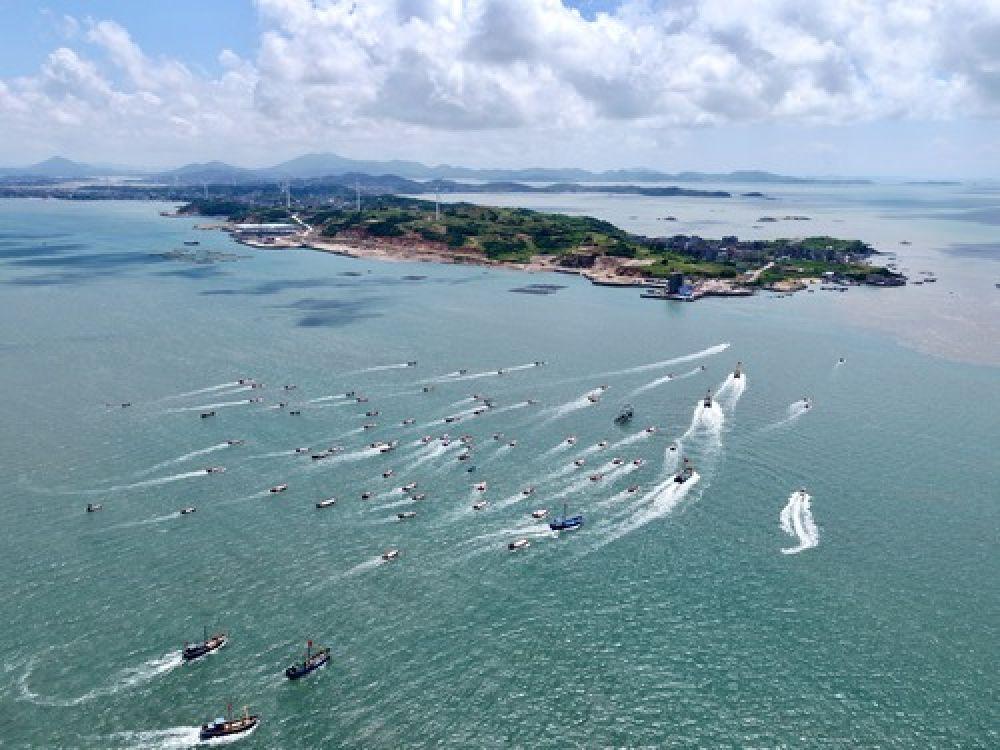 在2019年首届福清开渔节暨海洋文化旅游节上,渔船在海上行驶(8月3日无人机拍摄)。(新华社记者姜克红 摄)