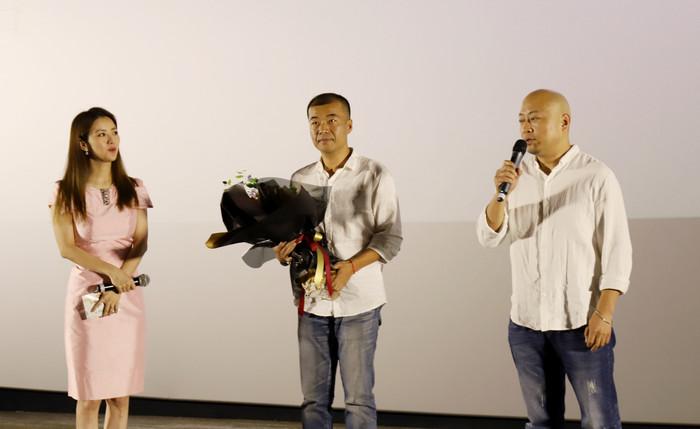 影片导演邓斐(中)、曲江涛(右)在现场分享创作历程