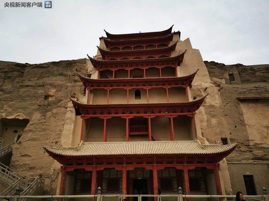图中的九层楼阁,是莫高窟的标志性建筑,为保护窟内石胎泥塑的佛像而建。(央视记者张晓鹏拍摄)