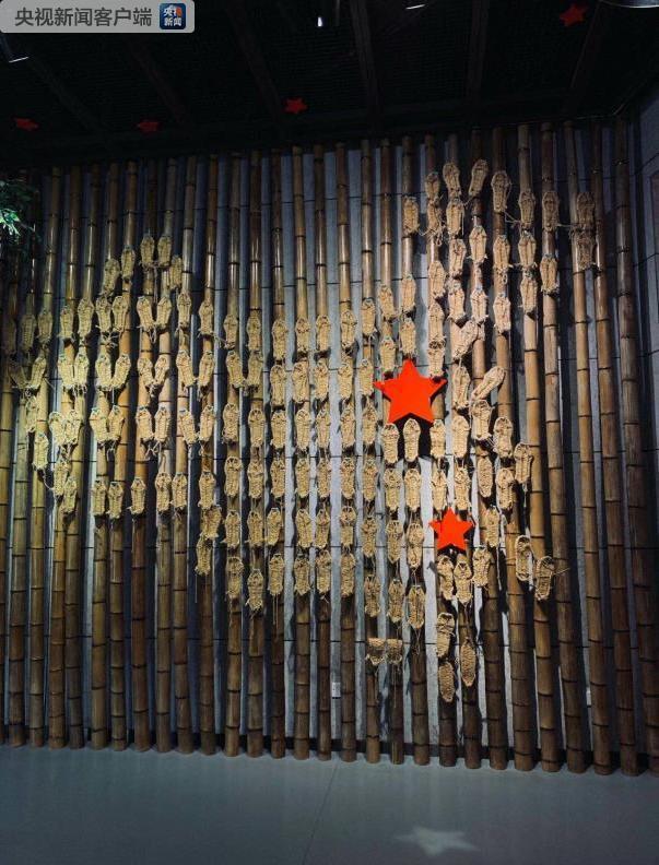 """中央红军长征出发纪念馆展出的""""草鞋地图""""。这是红军长征胜利80周年时,用红五星和80双草鞋绘出的中国地图。(央视记者邢彬拍摄)"""