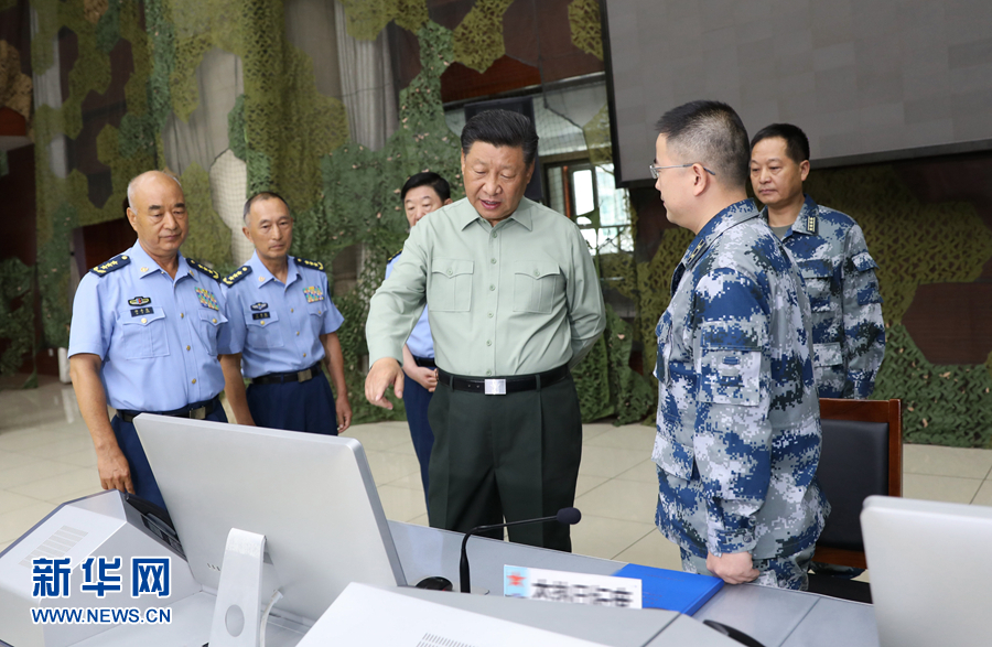 8月22日,中共中央总书记、国家主席、中央军委主席习近平到空军某基地视察。这是习近平察看基地作战指挥中心,了解战备值班和训练情况。 新华社记者李刚摄