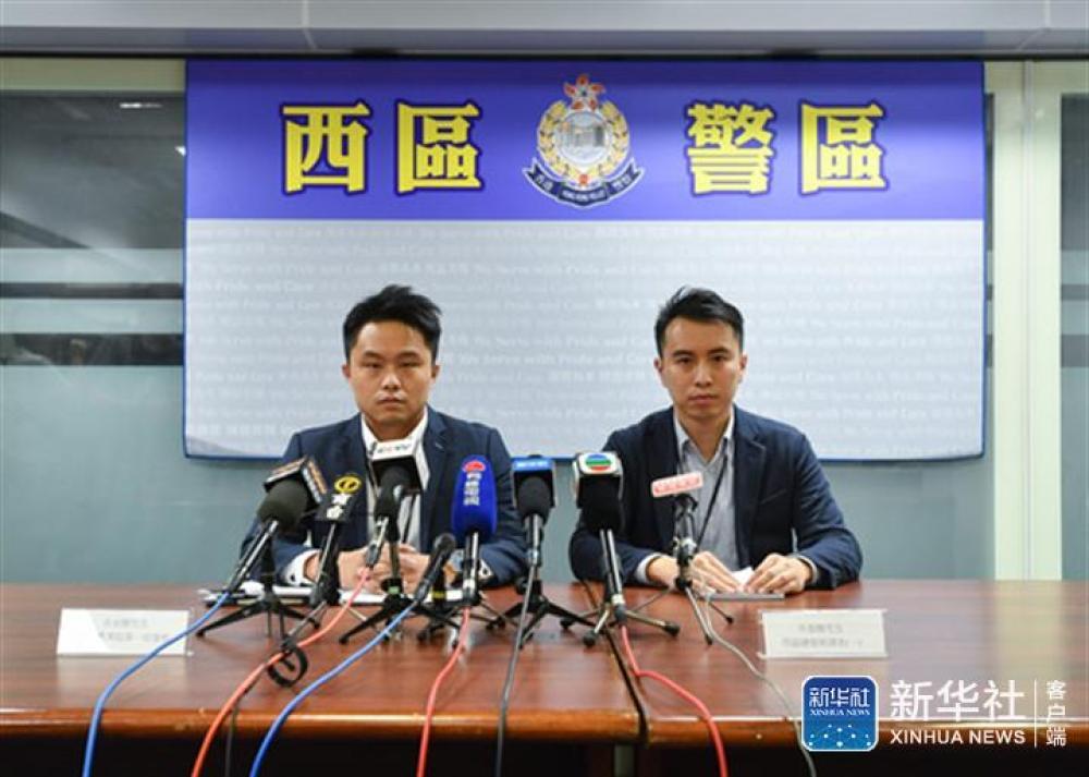 ↑9月1日,在港岛西区警署召开的记者会上,西区警区刑事总督察吴基骏(右)介绍情况。新华社记者 刘大伟 摄