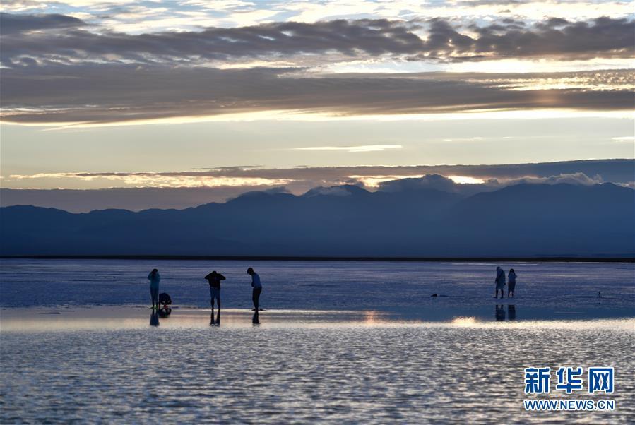 游客在青海茶卡盐湖游览(2019年7月18日摄)。新华社记者 张龙 摄