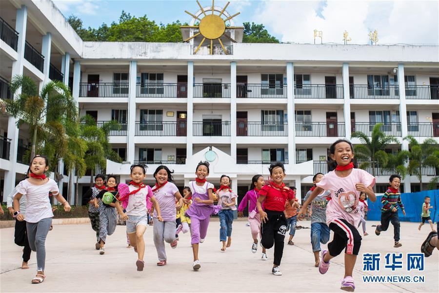 云南西双版纳基诺山基诺族乡民族小学学生在跑步(2019年6月11日摄)。基诺族现有两万多人,主要居住在云南省西双版纳傣族自治州景洪市基诺山基诺族乡,当地的民族教育事业近年来蓬勃发展,适龄儿童入学率达100%。 新华社记者 胡超 摄