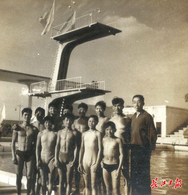 1959年夏,武汉跳水队队员和教练在跳台前合影留念。武汉体育馆是新中国成立后建立的水上运动大型设施