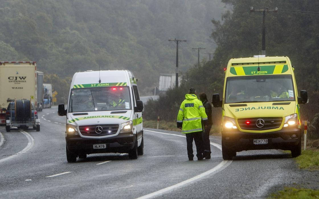 9月4日,在新西兰罗托鲁阿市,两辆救护车停在事故现场附近。新华社 图