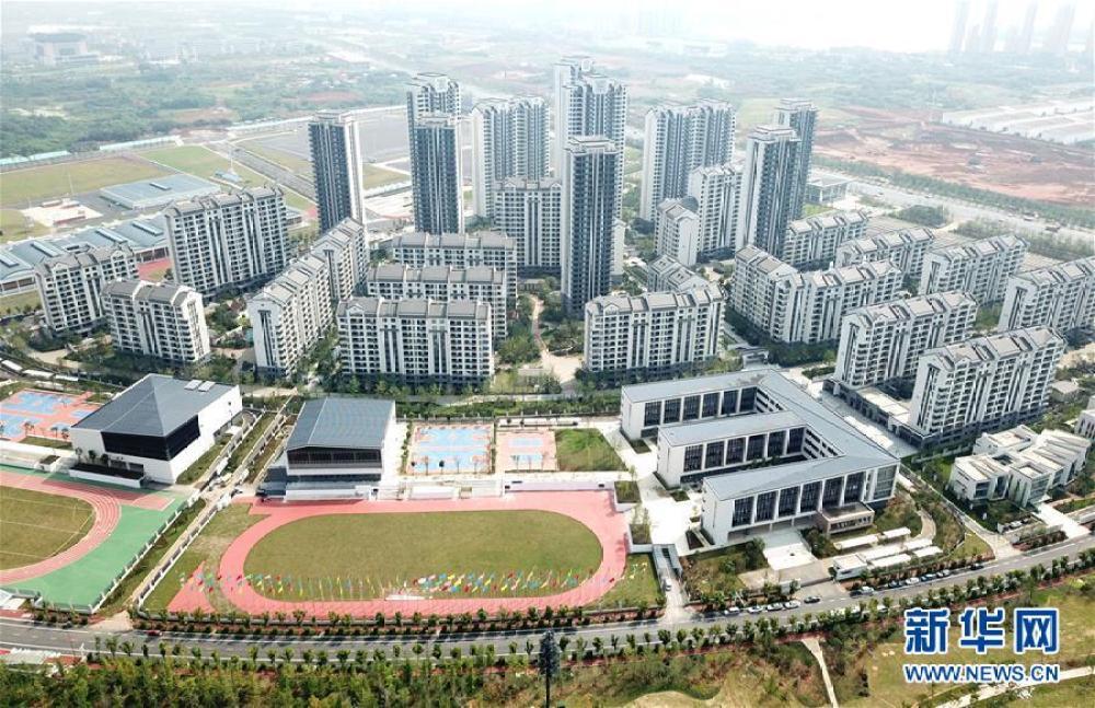 这是2019年7月10日拍摄的军运会运动员村(无人机拍摄)。新华社记者 程敏 摄