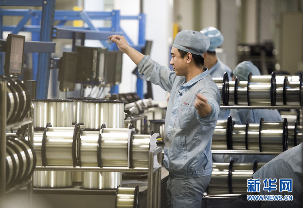 这是2016年12月6日拍摄的位于武汉的长飞光纤光缆股份有限公司光纤生产车间内,工作人员对光纤进行检测。新华社记者 肖艺九 摄