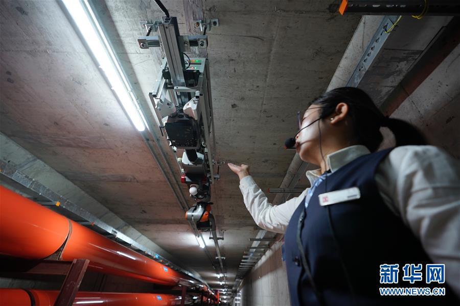 8月30日,工作人员在介绍雄安新区市民服务中心的地下管廊。 新华社记者 邢广利 摄
