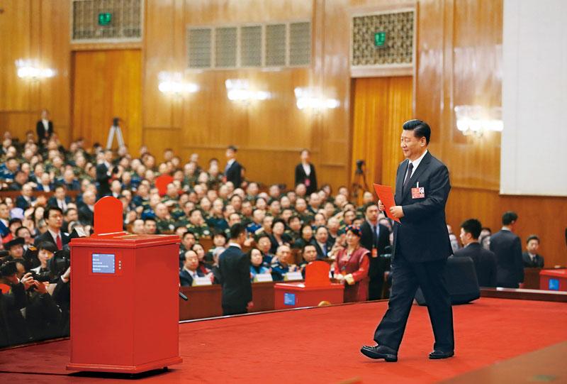 2018年3月17日,十三届全国人大一次会议在北京人民大会堂举行第五次全体会议。习近平当选中华人民共和国主席、中华人民共和国中央军事委员会主席。这是习近平准备投票。 新华社记者 兰红光/摄
