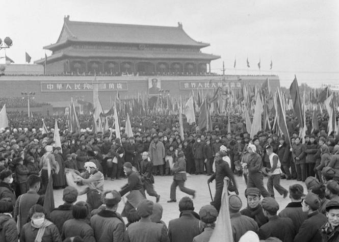 1956年1月15日,北京各界20多万人在天安门广场举行庆祝社会主义改造胜利联欢大会。新华社发