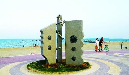 经过修复,该岸段形成长2394米、滩肩宽60米左右的黄金沙滩。