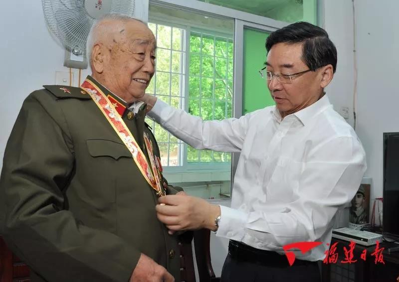 """于伟国上门看望慰问部分""""庆祝中华人民共和国成立70周年""""纪念章获得者"""
