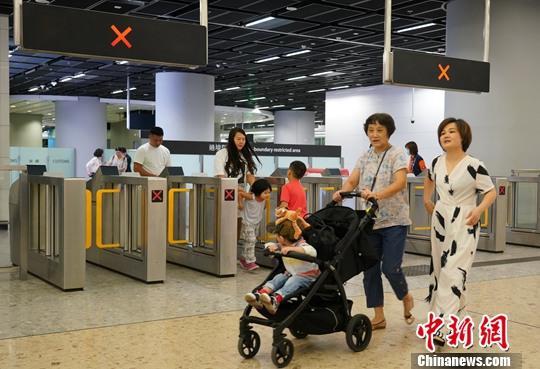 10月8日,香港入境处公布国庆长假期间(10月1日-7日)香港出入境数据,数据显示,今年国庆长假期间入境香港的内地旅客累计约为67万人次,比去年同期的152万人次暴跌56%。图为10月7日下午高铁香港西九龙站抵港客流稀少。中新社记者 张炜 摄