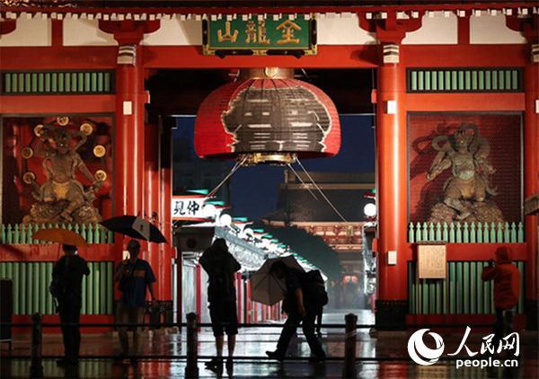 12日傍晚,为应对19号大型台风来袭,浅草寺前的巨型灯笼被拆卸。(图片来源:日本《朝日新闻》网站)