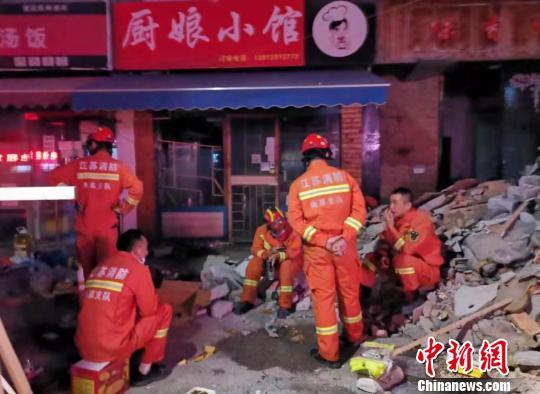 现场救援的消防人员在连续作业后稍事休息。 目击居民供图 摄