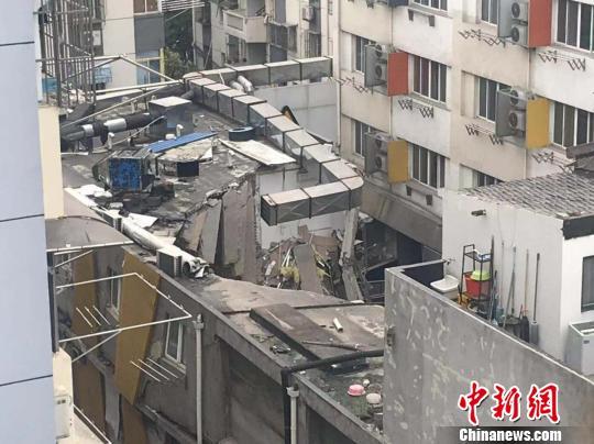 于13日早晨在南京发生坍塌的建筑。 目击居民供图 摄