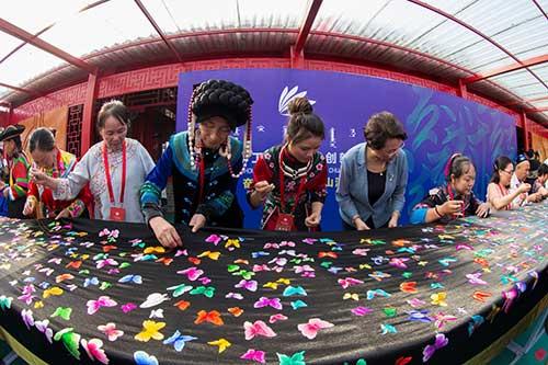 """为庆祝新中国70华诞,70名草原绣娘制作了长达70米的""""庆祝新中国成立70周年""""主题刺绣"""