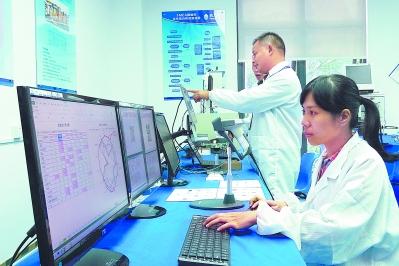 在新大陆集团工程实验室,科研人员正在对各种各样的二维码条码签进行测试。本报记者 段金柱 摄