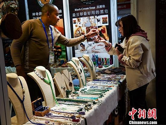资料图:消费者在购买商品。 中新社记者 王中举 摄