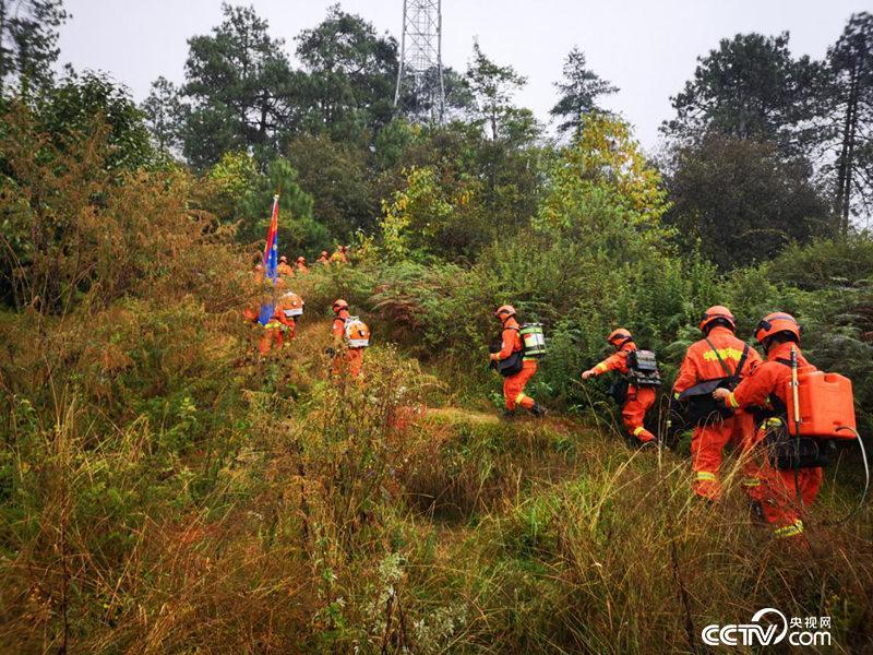 腾冲森林消防中队队员在中缅边境巡逻(何川/摄)