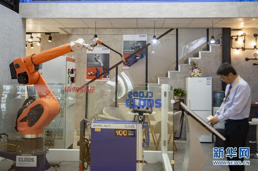 这是11月5日在第二届进博会装备展区拍摄的德国克鲁斯公司展台。 新华社记者 普布扎西 摄