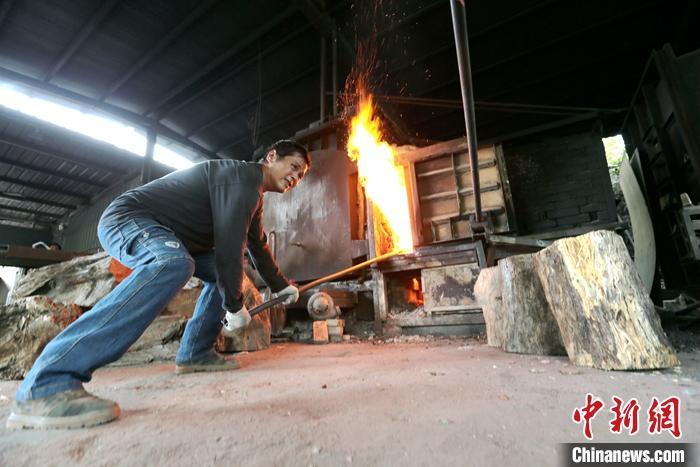 近日,台湾知名陶艺师何志隆在位于台湾台东东河乡泰源幽谷的窑厂里接受中新社记者专访,分享他与翡翠青瓷的不解之缘。图为窑厂工人整理柴火。中新社记者 张远 摄