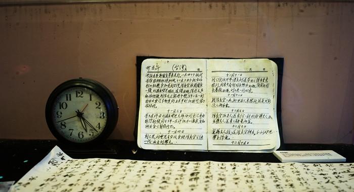 图为张学良故居内展示的张学良日记手稿