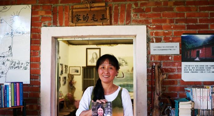 图为台北退休教师徐秀容在三毛梦屋向记者展示丁松青作品《遇见三毛》